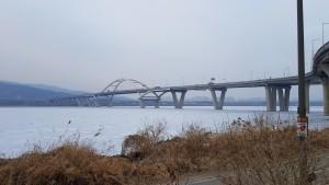 자전거를 타고 가면서 암사대교의 겨울풍경을 담았습니다.